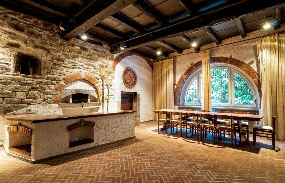Come arredare una taverna un ambiente caldo e accogliente for Taverna arredamento