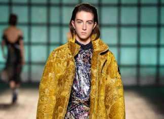 La collezione di moda per l'autunno-inverno 2018-2019 di Mary Katrantzou x Moose Knuckles ha sfilato alla London Fashion Week.