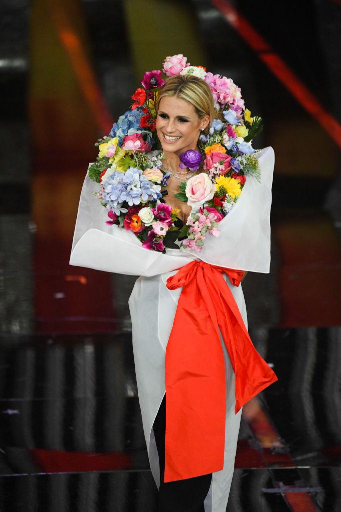 "Michelle Hunziker in Moschino e look ""bouquet"""