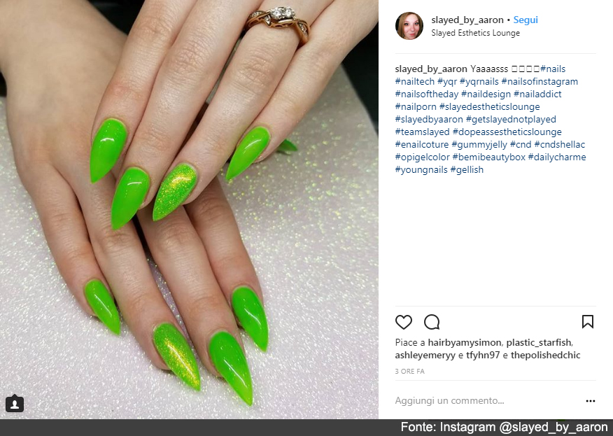 Gel verde brillante e glitter per l'estate - Fonte: Instagram @slayed_by_aaron