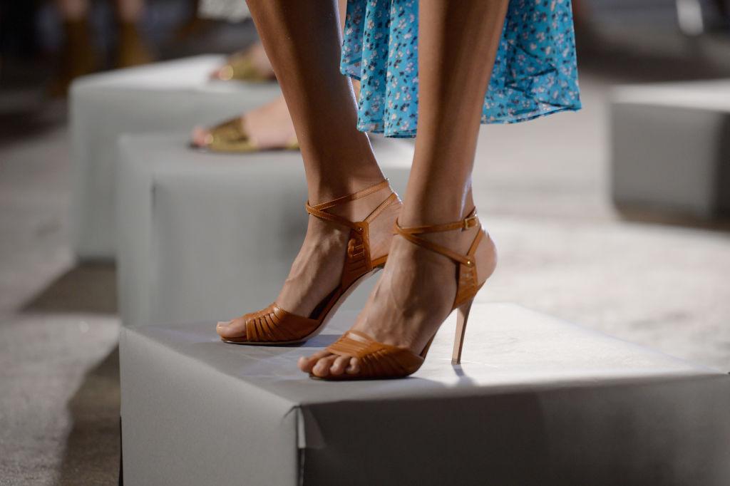 come pulire sandali di cuoio