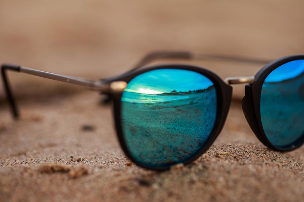 occhiali da sole con lenti azzurre